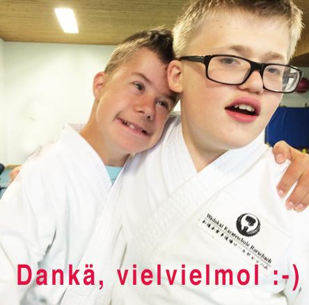 Sebastian und Lukas lächeln